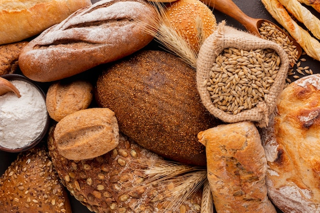 Crosta di pane su un assortimento di pasticceria