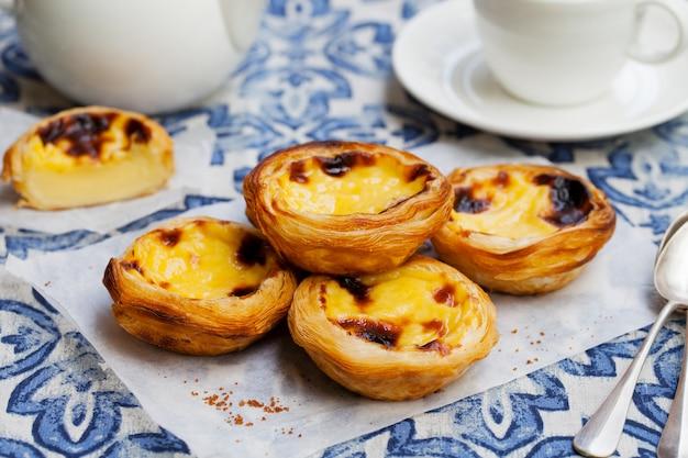 Crostata all'uovo, dessert tradizionale portoghese, pastel de nata su carta pergamena.