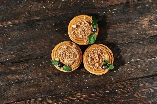 Crostata con dessert francese al caramello salato. industria alimentare, produzione di massa o di volume.