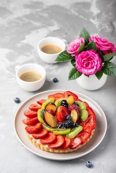 Crostata con fragole, kiwi, prugne e panna