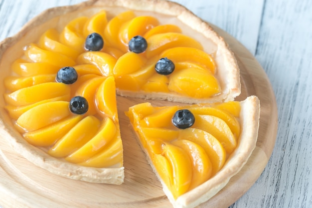 Crostata con pesche e mirtilli