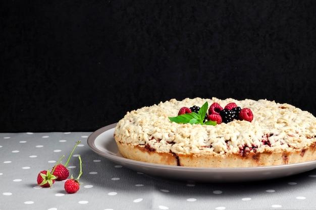 Crostata di frutti di bosco fatta in casa con crumble sul piatto
