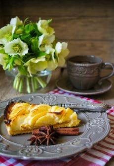 Crostata di mele con la tazza di caffè sulla tavola di legno