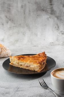 Crostata di torte di mele al forno fatta in casa con mele tagliate in una forma circolare decorativa sulla crosta burrosa squamosa su fondo di marmo. stile rustico. copia spazio. verticale. menu per caffè