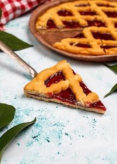 Crostata tradizionale deliziosa della ciliegia della bacca sulla superficie leggera