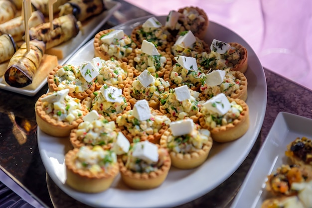 Crostatine con insalata di verdure e formaggio