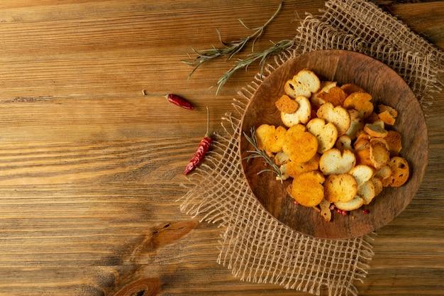 Crostini croccanti, cruschette bruschette, fette biscottate o pane fritto