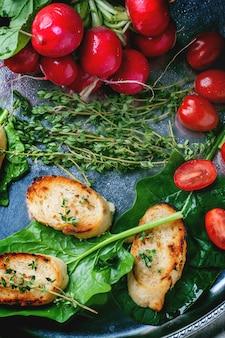 Crostini di pane fritto con verdure