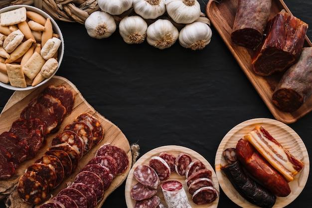 Crostini e aglio vicino a salsicce