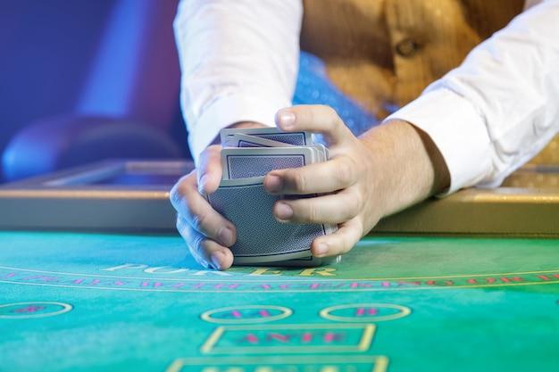 Croupier professionista durante il mescolamento delle carte
