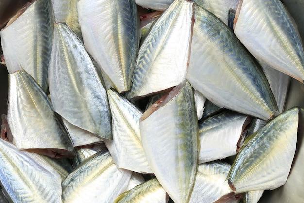 Crudo di pesce grosso o pesce affumicato di ingredienti per cucinare.