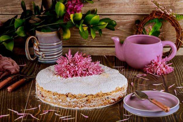 Crumble cake con fiori freschi, piatto, teiera