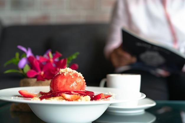 Crumble di fragola di recente fatto in casa dei pancake sul piatto da dessert bianco