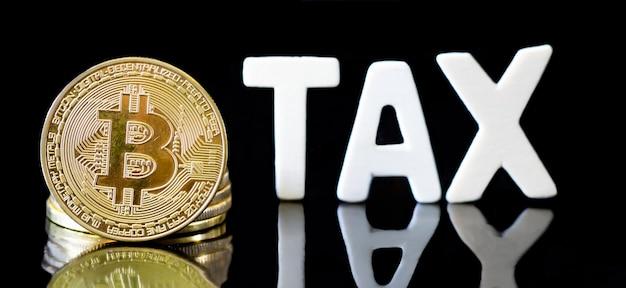 Crypto currency moneta bitcoin con messaggio fiscale, concetto determinazione della legge fiscale del denaro digitale.