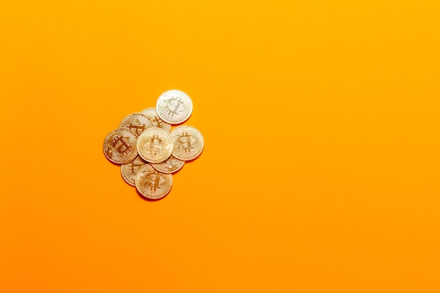 Cryptocurrency golden bitcoin concept. bitcoin dorati sul computer portatile.