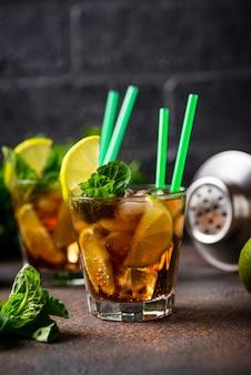 Cuba libre cocktail con menta e lime