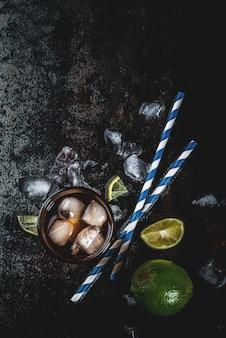 Cuba libre, long island o cocktail con tè freddo con forte alcol, cola, lime
