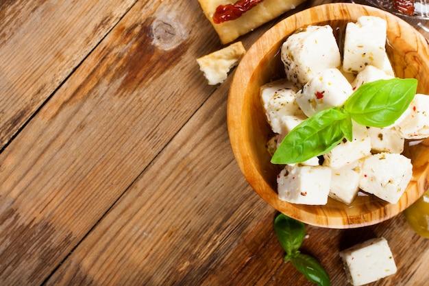 Cubetti di formaggio feta con olive