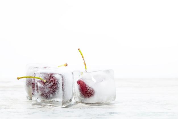 Cubetti di ghiaccio con ciliegie 2