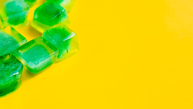 Cubetti di ghiaccio con erbe all'interno