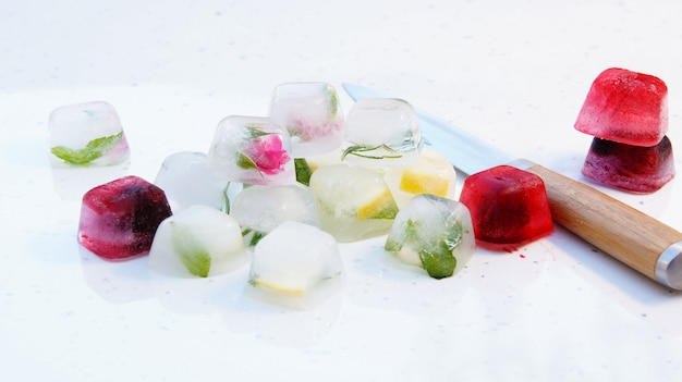 Cubetti di ghiaccio con menta, limone, rosmarino, timo, frutti di bosco per cocktail e tè