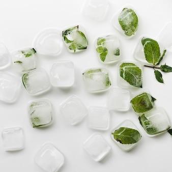 Cubetti di ghiaccio e foglie