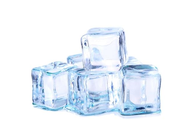 Cubetti di ghiaccio isolati su bianco