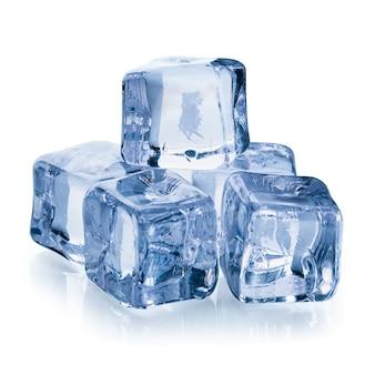 Cubetti di ghiaccio isolati