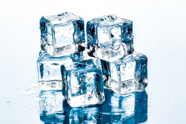 Cubetti di ghiaccio su bianco.