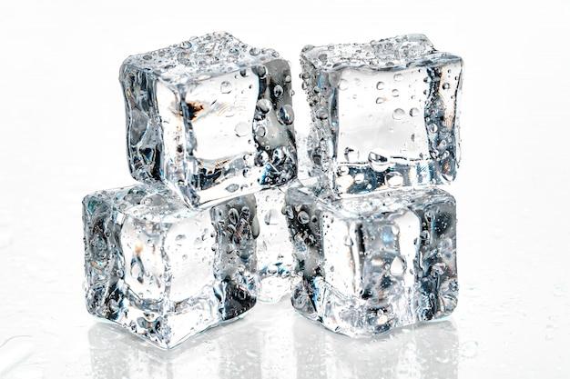 Cubetti di ghiaccio su sfondo bianco.