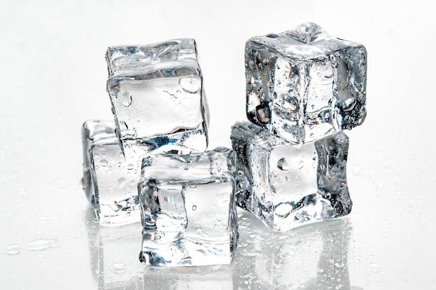 Cubetti di ghiaccio su sfondo bianco,