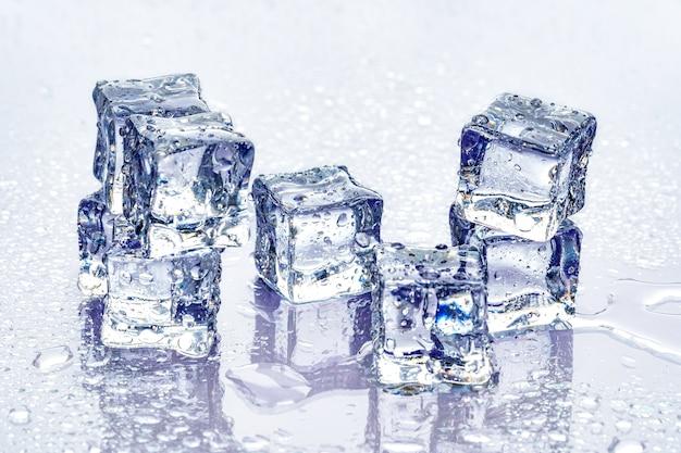 Cubetti di ghiaccio su sfondo blu