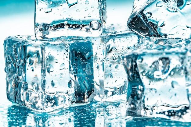 Cubetti di ghiaccio sul blu