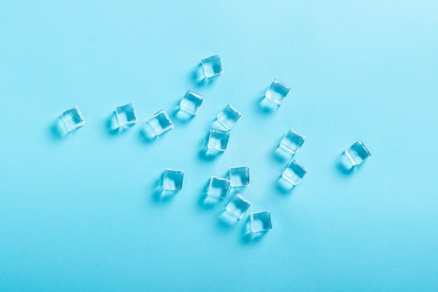 Cubetti di ghiaccio sulla superficie blu. vista piana, vista dall'alto