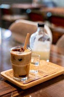 Cubetto di caffè ghiacciato in vetro con latte