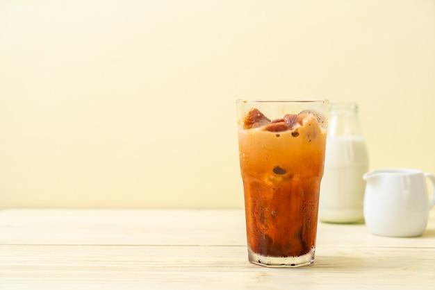 Cubetto di ghiaccio del tè tailandese con latte