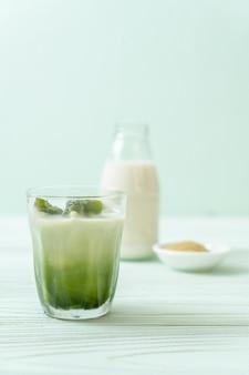 Cubetto di ghiaccio del tè verde matcha con latte