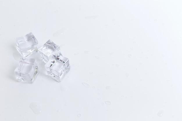 Cubetto di ghiaccio su bianco