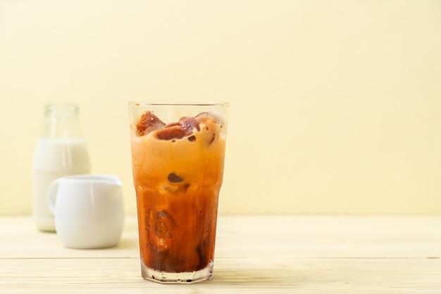 Cubetto di ghiaccio tailandese del tè con latte