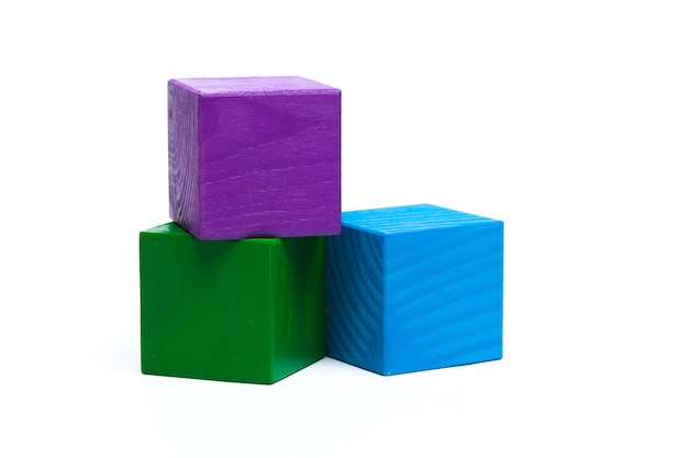 Cubi colorati dei bambini su bianco isolato