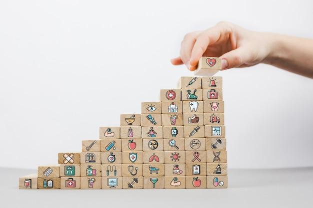 Cubi con icone mediche e sfondo bianco
