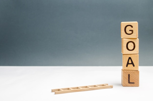 Cubi con un obiettivo di iscrizione e una scala caduta