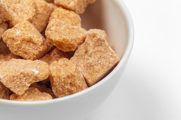 Cubi dello zucchero di canna di brown isolati