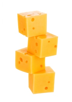 Cubi di formaggio isolato su bianco