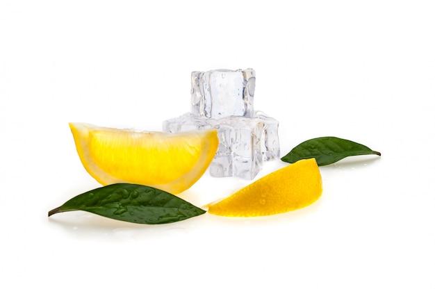Cubi di ghiaccio freddo, due fette di limone fresco e foglie verdi su sfondo bianco isolato.