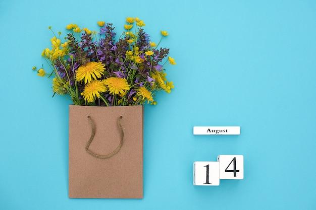 Cubi di legno calendario 14 agosto e campo fiori rustici colorati nel pacchetto del mestiere su bluefor testo e design