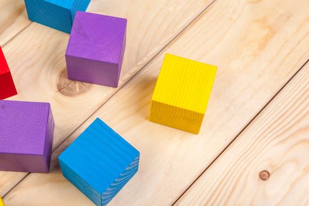 Cubi di legno colorati sul tavolo di legno