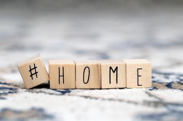 Cubi di legno con hashtag e lo sfondo domestico di parola, primo piano sociale di concetto di media