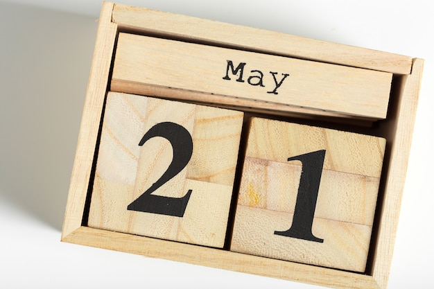 Cubi di legno con la data su bianco. 21 maggio