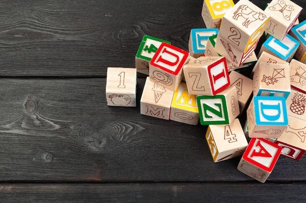 Cubi di legno con le lettere sulla tavola di legno